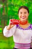 Quito Ecuador - Maj 06, 2017: Le att bära för ung kvinna infödd kläder och att peka in från av henne en cola i a Royaltyfria Foton