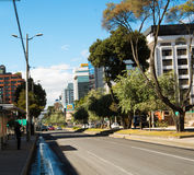 QUITO ECUADOR - MAJ 06 2016: Mainstreet i den Amazonas avenyn med några byggnader, bilar och personer i staden av Quito Royaltyfria Bilder