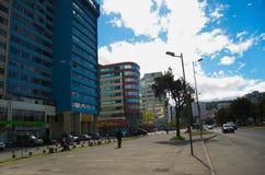 QUITO ECUADOR - MAJ 06 2016: Mainstreet i NNUU-aveny med några byggnader, bilar och personer i staden av Quito Royaltyfria Bilder