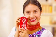 Quito Ecuador - Maj 06, 2017: nätt ung infödd kvinna med en cola nära till hennes framsida Royaltyfria Bilder