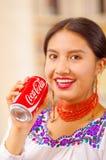 Quito Ecuador - Maj 06, 2017: nätt ung infödd kvinna som dricker en cola, medan hon ler Arkivbilder