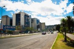 QUITO ECUADOR - MAJ 06 2016: Oidentifierat folk som waling i mainstreeten i NNUU-aveny med några byggnader, bilar och Royaltyfria Foton