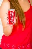 Quito Ecuador - Maj 06, 2017: Ung kvinna som pekar in från av henne en cola som bär en röd blus Fotografering för Bildbyråer