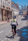 QUITO, ECUADOR - MARZO 23, 2015: Ciclista no identificado que hace un cierto ejercicio en el centro de Quito, después de una coli Fotos de archivo libres de regalías