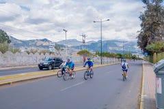 QUITO, ECUADOR - MARZO 23, 2015: De niet geïdentificeerde fietser die oefening in de straat doen, weg is gesloten aanmoedigend sp Stock Afbeeldingen
