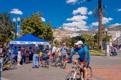 QUITO, ECUADOR - MARZO 23, 2015: Ein schöner Tag verbinden die nicht identifizierten Leute, die herein irgendeinen Sport, Unabhän Stockfoto