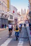 QUITO, ECUADOR - MARZO 23, 2015: La iglesia de la basílica en Quito es la visión en el extremo de esta colina, gente no identific Imágenes de archivo libres de regalías