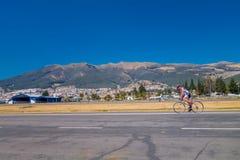 QUITO, ECUADOR - MARZO 23, 2015: Los hombres sin especificar que hacían ejercicio en el parque en el medio de la ciudad, montañas Fotografía de archivo libre de regalías