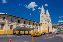QUITO ECUADOR - MARZO 23, 2015: Stor och imponerande kyrka som täckas av en stor himmel Beiga och guling dominerade Royaltyfria Bilder