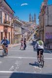 QUITO, ECUADOR - MARZO 23, 2015: Una piccola collina sembra nell'itinerario di questo cycler non identificato, il giorno soleggia Immagine Stock
