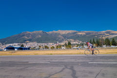 QUITO, ECUADOR - MARZO 23, 2015: Unspecified men doing excercise at park in the middle of the city, mountains mixed with Royalty Free Stock Photography