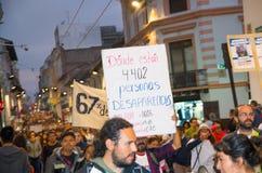 QUITO ECUADOR MAY 06, 2017: Folkmassan av folk som rymmer ett tecken under en protest med slogan vid liv önskar vi, dem Royaltyfri Foto
