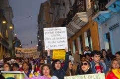 QUITO ECUADOR MAY 06, 2017: Folkmassan av folk som rymmer ett tecken under en protest med slogan vid liv önskar vi, dem Fotografering för Bildbyråer