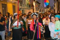 QUITO ECUADOR MAY 06, 2017: Folkmassan av folk som rymmer ett tecken under en protest med slogan vid liv önskar vi, dem Royaltyfria Foton