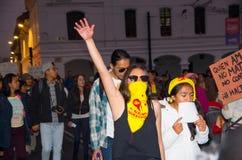 QUITO ECUADOR MAY 06, 2017: Folkmassan av folk som rymmer ett tecken under en protest med slogan vid liv önskar vi, dem Royaltyfri Bild