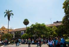 QUITO, ECUADOR 23 MEI, 2017: Niet geïdentificeerde mensen die bij Presidentieel Paleis bij Plein Grande in Quito, Ecuador lopen Stock Afbeeldingen