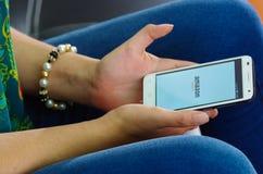 Quito, Ecuador - Mei 09, 2017: Vrouw met moderne mobiele telefoon in handenlogin de pictogrammen van het schermamazonië op Apple- Stock Afbeelding