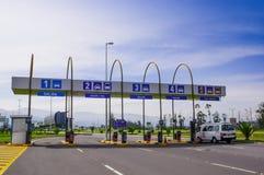 Quito, Ecuador - November 23 2017: De openluchtmening van tol bij gaat van de Mariscal Sucre Internationale Luchthaven binnen van Stock Foto's