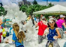 QUITO, ECUADOR NOVEMBER, 28, 2017: Gruppe Kinder, die Spaß haben und an einer Schaumpartei an Quito-Festival tanzen Stockbilder