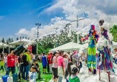 QUITO, ECUADOR NOVEMBER, 28, 2017: Gruppe Kinder, die Spaß haben und an einer Schaumpartei an Quito-Festival tanzen Stockfotos