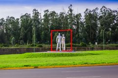 Quito Ecuador - November 23 2017: Härlig utomhus- sikt av en modern grå konstesculpture i den Mariscal Sucren Royaltyfria Bilder
