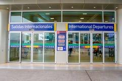 Quito, Ecuador - November 23 2017: Het informatieve teken van internationaal vertrek bij gaat van Mariscal Sucre binnen Stock Afbeelding