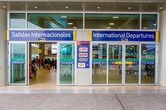 Quito, Ecuador - November 23 2017: Het informatieve teken van internationaal vertrek bij gaat van Mariscal Sucre binnen Royalty-vrije Stock Afbeeldingen