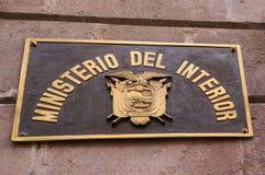 QUITO, ECUADOR NOVEMBER, 28, 2017: Informatives Zeichen mit einem Ecuadorianschild am Freien in der historischen Mitte von altem Lizenzfreie Stockfotos