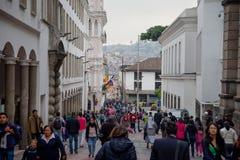 QUITO, ECUADOR 28 NOVEMBER, 2017: Menigte van mensen die op historisch centrum van oud stadsquito binnen lopen in noordelijk Ecua Stock Fotografie