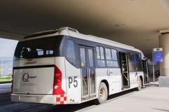 Quito, Ecuador - November 23 2017: Mooie openluchtmening van geparkeerde Bus het wachten op passagier in Mariscal Sucre Royalty-vrije Stock Foto's