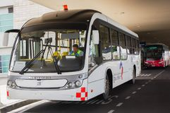 Quito, Ecuador - November 23 2017: Mooie openluchtmening van geparkeerde Bus het wachten op passagier in Mariscal Sucre Royalty-vrije Stock Foto