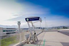 Quito, Ecuador - November 23 2017: Mooie openluchtmening van het roken gebied in de Mariscal Sucre Internationale Luchthaven van Stock Fotografie