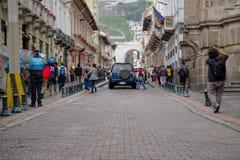 QUITO, ECUADOR NOVEMBER, 28, 2017: Nicht identifizierte Leute, die in der historischen Mitte der alten Stadt Quito in Nord gehen Stockfoto