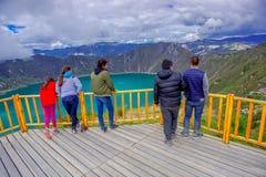 QUITO, ECUADOR - NOVEMBER, 25 2016: Nicht identifizierte Leute, welche die Ansicht von See mit einer schönen magentaroten Farbe v Lizenzfreies Stockbild