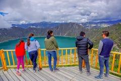 QUITO, ECUADOR - NOVEMBER, 25 2016: Nicht identifizierte Leute, welche die Ansicht von See mit einer schönen magentaroten Farbe v Lizenzfreies Stockfoto