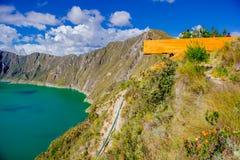 QUITO, ECUADOR - NOVEMBER, 25 2016: Nicht identifizierte Leute, welche die Ansicht von See mit einer schönen magentaroten Farbe v Lizenzfreie Stockbilder