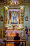 QUITO, ECUADOR - NOVEMBER 23, 2016: Niet geïdentificeerde mensen die binnen van de Kerk en het Klooster van Heilige Francis, bidd Stock Afbeelding