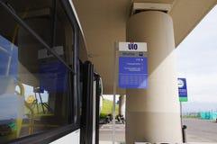 Quito, Ecuador - November 23 2017: Openluchtmening van informatief teken in de Mariscal Sucre Internationale Luchthaven van Stock Afbeeldingen