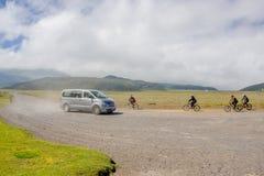 QUITO, ECUADOR - 25. NOVEMBER 2016: Reisebus, der nahe Cotopaxi-Vulkan mit Touristen mit einigen Radfahrern fährt Lizenzfreie Stockfotos
