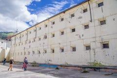 QUITO, ECUADOR - 23 NOVEMBRE 2016: Gente non identificata che prende le immagini a dell'interno in cortile nella vecchia prigione Fotografia Stock Libera da Diritti