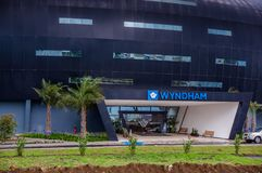Quito, Ecuador - 23 novembre 2017: La bella vista all'aperto di una costruzione enorme dell'hotel Wyndham ha individuato 5 minuts Immagini Stock Libere da Diritti