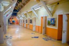 QUITO, ECUADOR - 23 NOVEMBRE 2016: Vista dell'interno di vecchia costruzione irregolare abbandonata, cellule dei prigionieri nell Fotografia Stock Libera da Diritti
