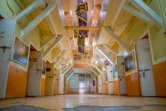 QUITO, ECUADOR - 23 NOVEMBRE 2016: Vista dell'interno di vecchia costruzione irregolare abbandonata, cellule dei prigionieri nell Fotografia Stock