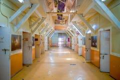 QUITO, ECUADOR - 23 NOVEMBRE 2016: Vista dell'interno di vecchia costruzione irregolare abbandonata, cellule dei prigionieri nell Immagine Stock Libera da Diritti