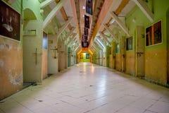 QUITO, ECUADOR - 23 NOVEMBRE 2016: Vista dell'interno di vecchia costruzione irregolare abbandonata, cellule dei prigionieri nell Fotografie Stock Libere da Diritti
