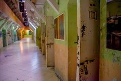QUITO, ECUADOR - 23 NOVEMBRE 2016: Vista dell'interno di vecchia costruzione irregolare abbandonata, cellule dei prigionieri nell Immagini Stock Libere da Diritti