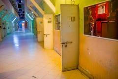 QUITO, ECUADOR - 23 NOVEMBRE 2016: Vista dell'interno di vecchia costruzione irregolare abbandonata, cellule dei prigionieri nell Immagine Stock