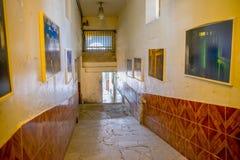 QUITO, ECUADOR - 23 NOVEMBRE 2016: Vista dell'interno di vecchia costruzione irregolare abbandonata, nella vecchia prigione Garci Fotografie Stock