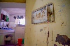 QUITO, ECUADOR - 23 NOVEMBRE 2016: Vista dell'interno di vecchia porta abbandonata del metallo nella vecchia prigione Garcia pena Immagini Stock Libere da Diritti