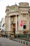 QUITO, ECUADOR NOVIEMBRE, 28, 2017: Gente no identificada que camina en el centro histórico de la ciudad vieja, cerca del banco c fotografía de archivo libre de regalías